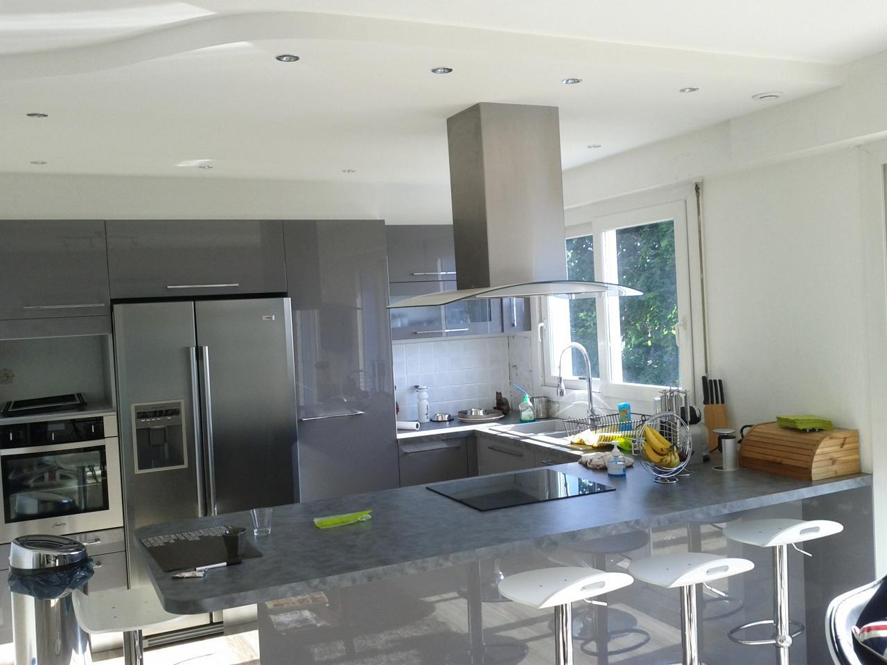 Faux plafond et cuisine en U laquée gris brillant à Dieppe