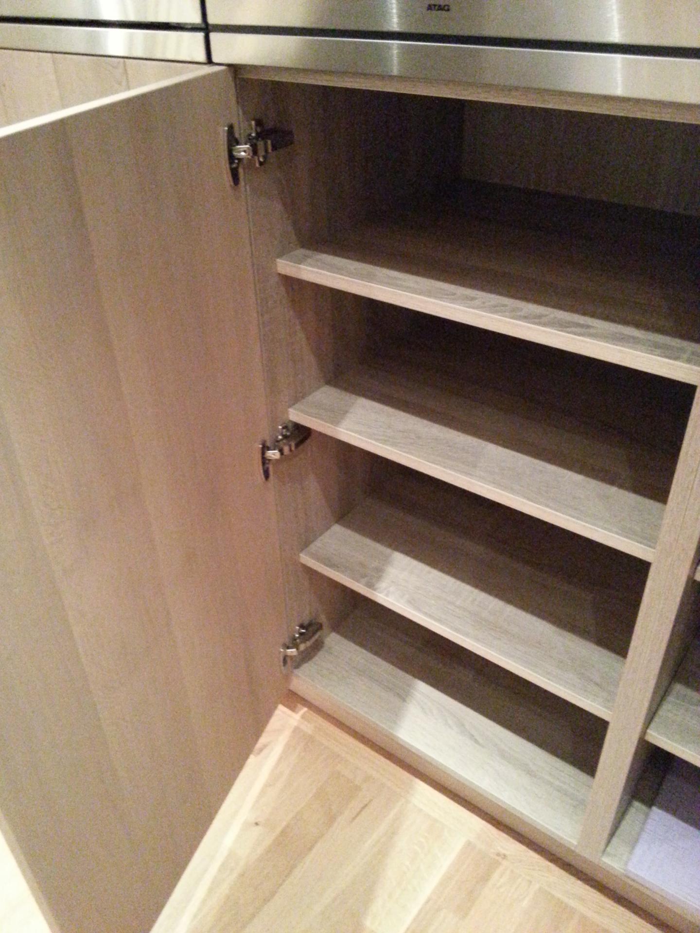 int rieur d 39 une meuble de cuisine am nag e en bois moderne. Black Bedroom Furniture Sets. Home Design Ideas